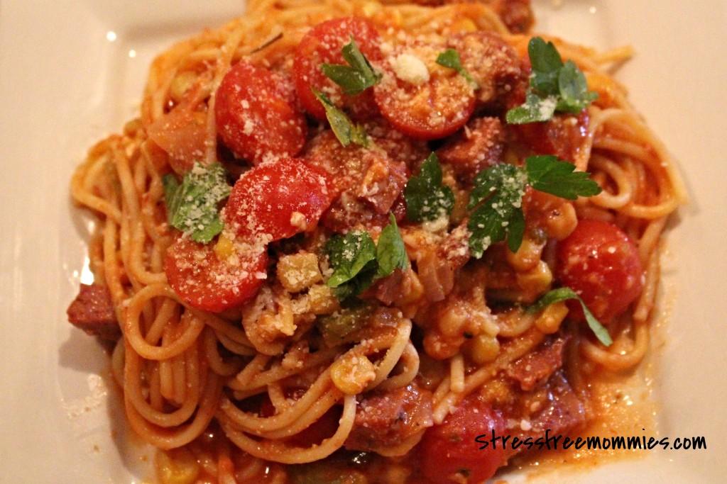 spaghetti with cherry tomatoes and salami/spahetti con