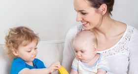 5 important ways to prevent jealousy between toddler and new baby